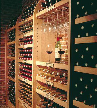 Exklusives Weinregal. Das Komplettsystem aus massivem Holz